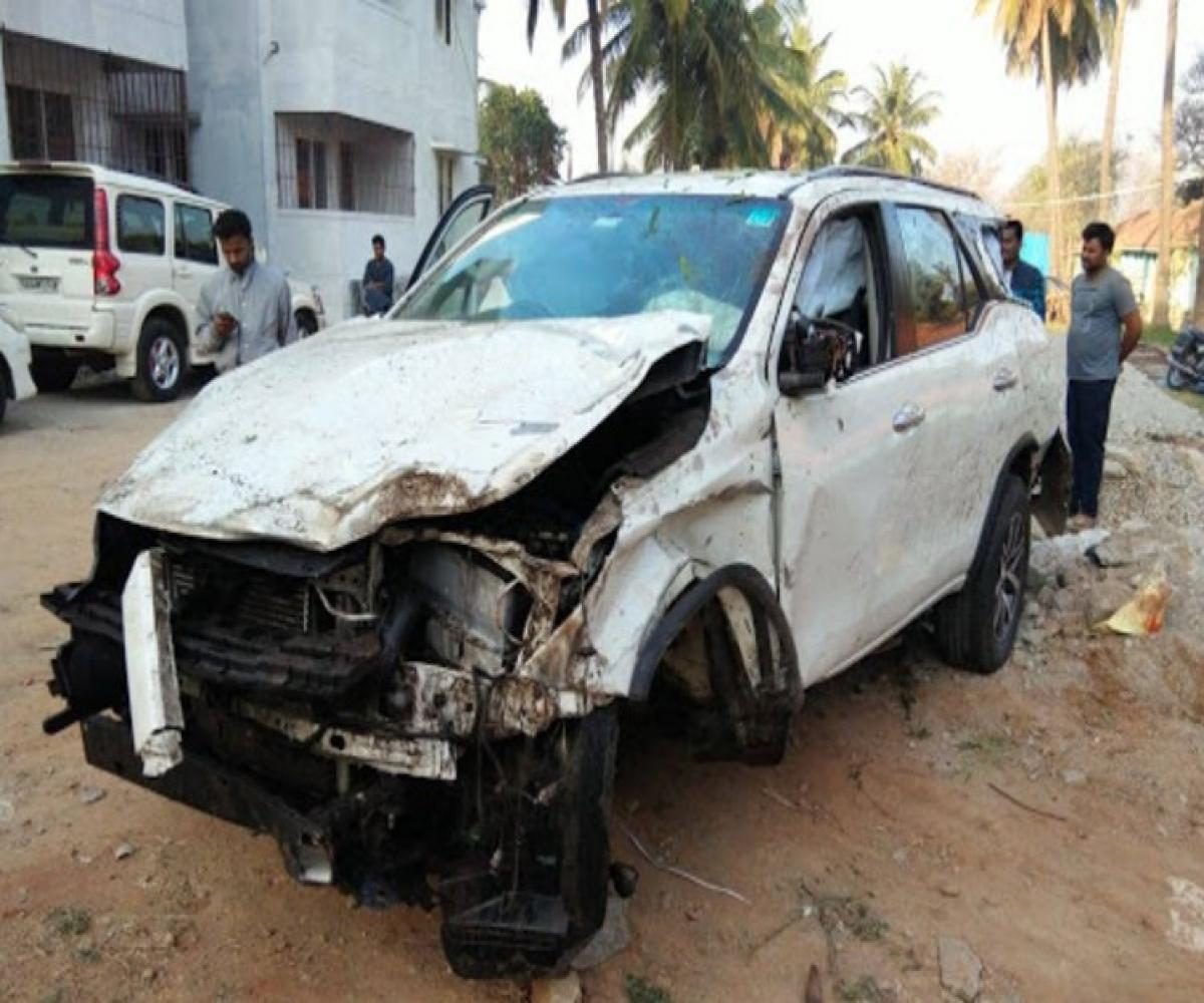 2 killed after K'taka BJP MLA CT Ravi's car rams into parked