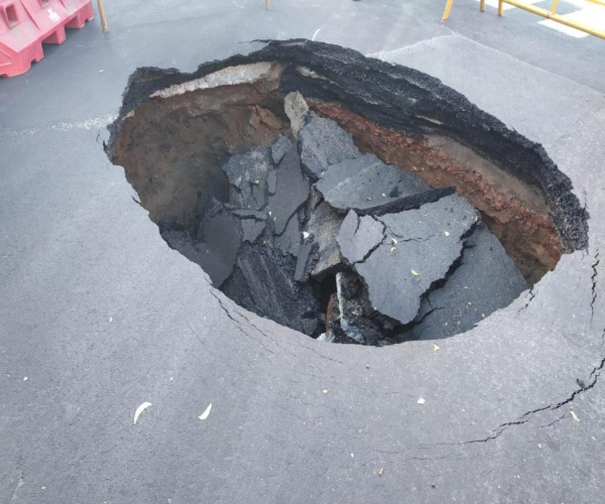 Sinkhole suddenly appeared on the road at Madhya Kailash junction in Chennai