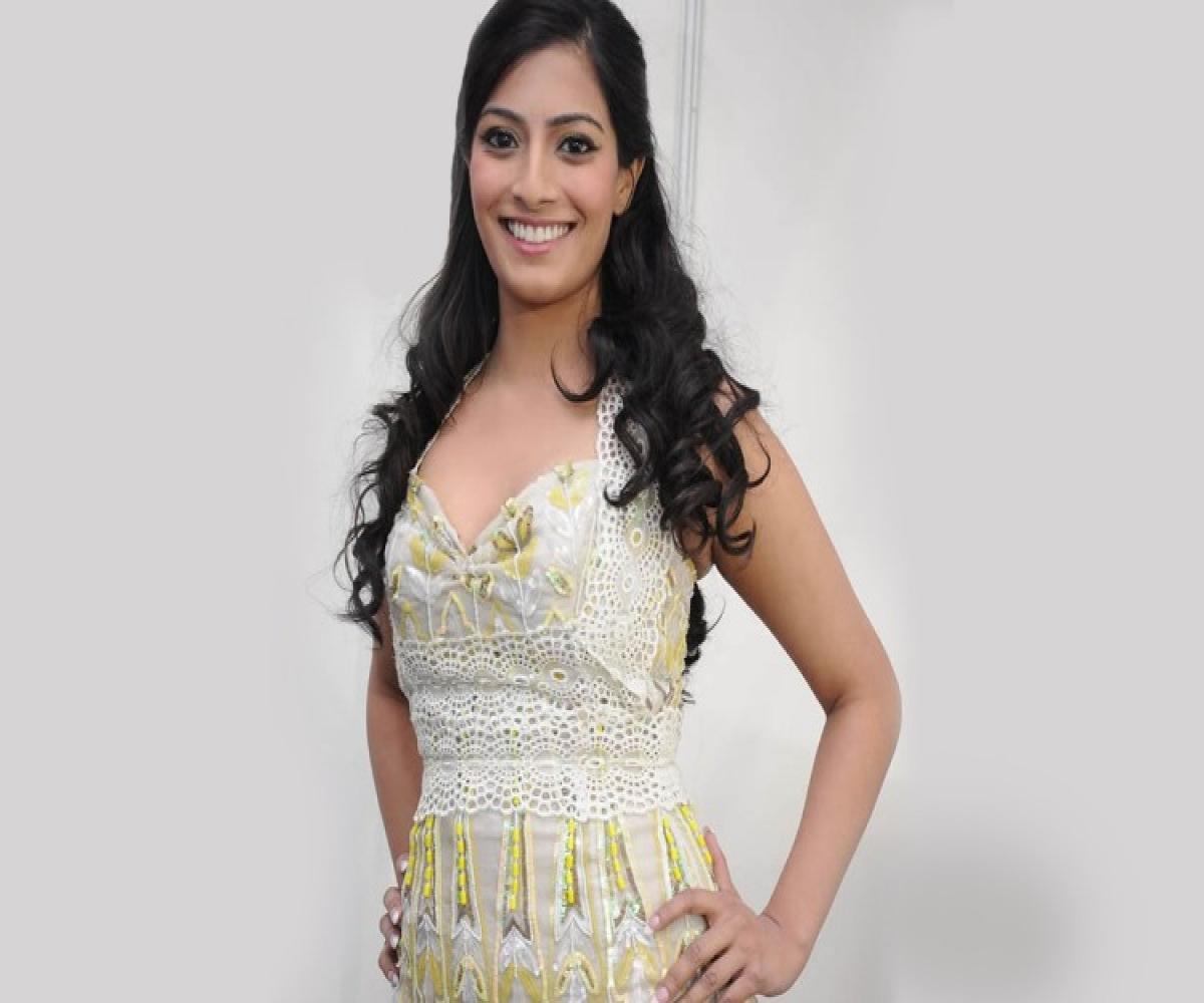 Varalaxmi Sarathkumar to debut in Telugu with 'Tenali Ramakrishna BA