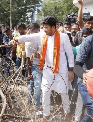BJP MP Tejasvi Surya and supporters remove barricades and enter Hyd's Osmania university