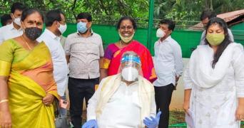 Akkai Padmashali with Siddaramaiah and Sowmya Reddy