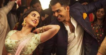 A still from Saarathu Vandila song in the film Kaatru Veliyidai showing Karthi and Aditi Rao Hydari in a dance pose