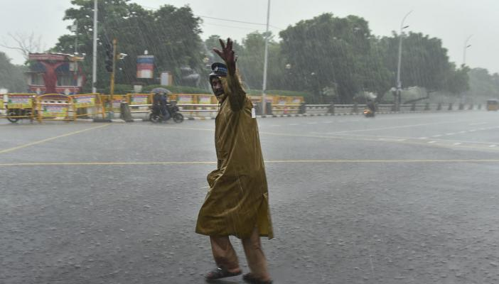 Cyclone Nivar: Trains and flights cancelled, arterial roads in Chennai closed