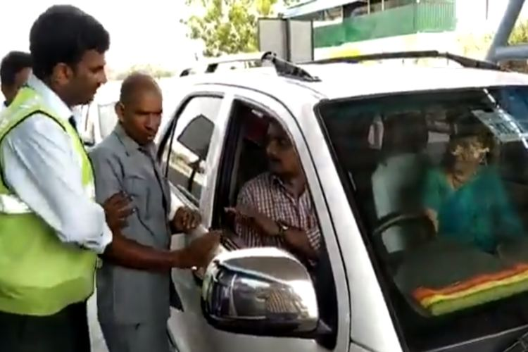 Video: AP min's wife's argument with toll booth staffer refusing to let her go without fee